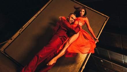 """Мішель Андраде пристрасно станцювала з суддею """"Танців з зірками"""" у новому кліпі: відео"""