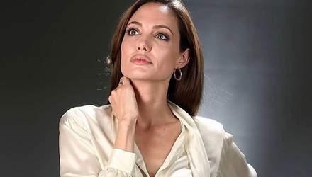 Не только в образе Колдуньи: Джоли пришла на встречу по инициативе ООН в платье с обезьянами