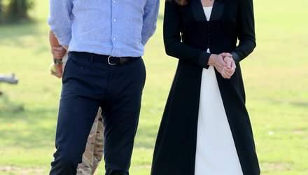 У чорно-білому вбранні: Кейт Міддлтон і принц Вільям відвідали кінологічний центр у Пакистані