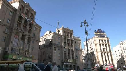 В центре Киева разбирают скандальную надстройку на историческом здании