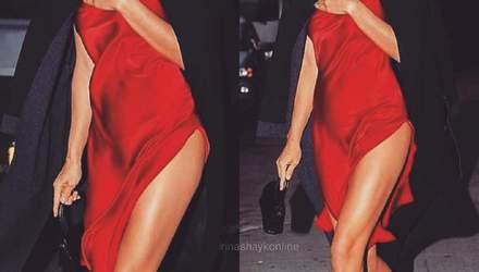 У сміливому червоному платті: Ірина Шейк приголомшила сексапільним образом у Нью-Йорку