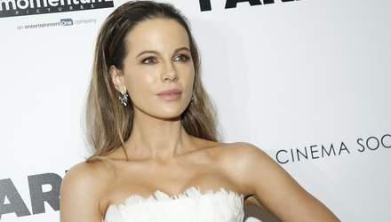 В образе белого лебедя: Кейт Бекинсейл посетила премьеру фильма в Нью-Йорке