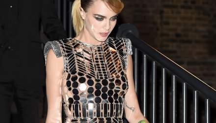 В зеркальном платье: Кара Делевинь поражает футуристическим образом