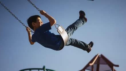 Які небезпеки можуть чекати на дитячих майданчиках: поради батькам