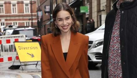 """Як носити наймодніший колір осені 2019: урок стилю від зірки """"Гри престолів"""" Емілії Кларк"""