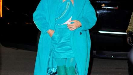 В бирюзовой шубе: Селин Дион ошеломила ярким образом в Нью-Йорке