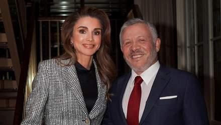 Королева Иордании приехала в США в трендовом брючном костюме: фото