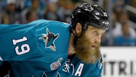 """Ветеран НХЛ нокаутував воротаря """"Кароліни"""" ефектним ударом: відео"""