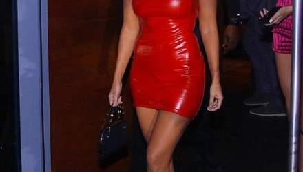 В облегающем платье из латекса: Кортни Кардашян взбудоражила фанов соблазнительным образом
