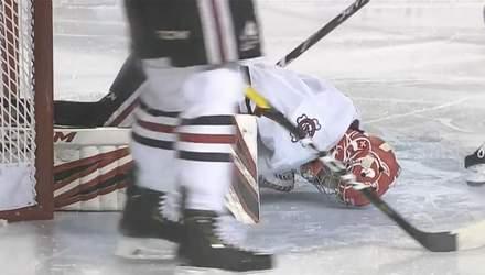 Хоккеист лезвием конька разрезал ногу вратарю: кровь не могли остановить несколько минут (18+)