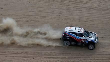 """Машина російського гонщика з українським штурманом згоріла  під час перегонів """"Дакар"""": відео"""