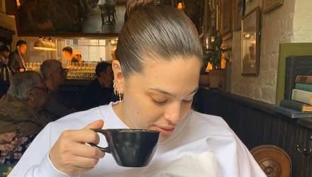 Модель Ешлі Грем нагодувала дитину грудьми в громадському місці: думки прихильників розійшлись