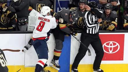 Російський хокеїст Овечкін грубо зіграв проти суперника, викинувши його за борт: відео