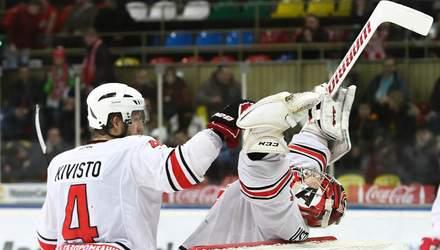 Хокеїста дискваліфікували за удар суперника ключкою між ніг: відео моменту