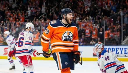 Лідер бомбардирів НХЛ закинув курйозну шайбу від ковзана суперника – відео