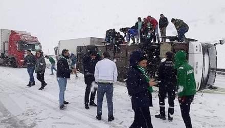 В Турции перевернулся автобус с фанатами клуба, за который играет украинец Селезнев – фото