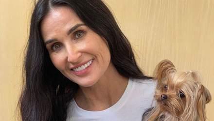 С собачкой на голове: Деми Мур рассмешила поклонников забавным фото