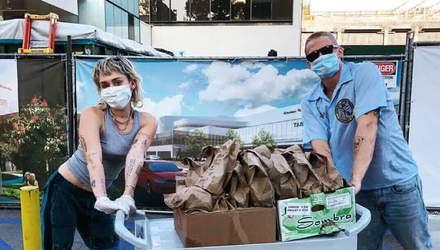 Майлі Сайрус із бойфрендом привезли безкоштовний обід лікарям в Лос-Анджелесі: фото