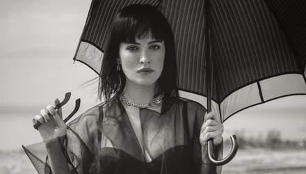 Даша Астафьева позировала в обтягивающем платье и кожаных перчатках: эпатажный карантинный look