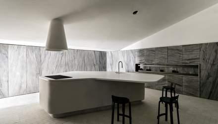 Королевство серого: дизайнеры разработали интерьер кухни полностью из мрамора – фото