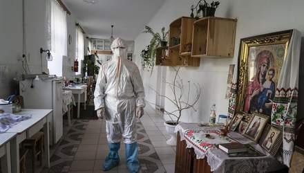 Самодельные костюмы защиты и операции на улице: AP показал ужас больниц Украины