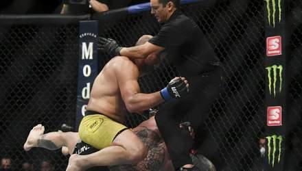 Вибач, це частина роботи: боєць UFC жорстко побив суперника – відео
