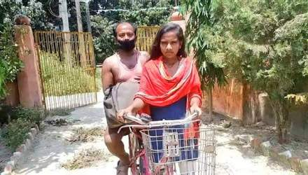 В Індії 15-річна дівчинка проїхала з травмованим батьком 1200 кілометрів на велосипеді