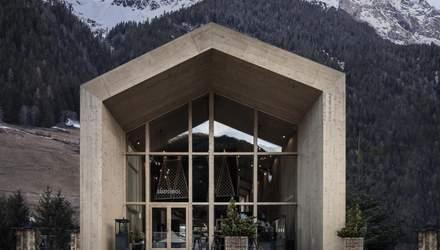 Красота грубого дерева: как выглядит интерьер отеля для биатлонистов посреди Альп – фото