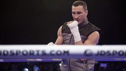 Это произошло: Кличко вышел в ринг с Холифилдом – видео