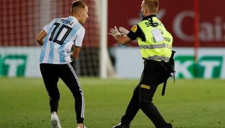 Звідки він узявся? Ла Ліга подасть в суд на фаната, який вибіг на поле для фото з Мессі – відео