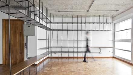Лестница, дерево и бетон: 10 креативных вариантов книжных полок для дома – фото