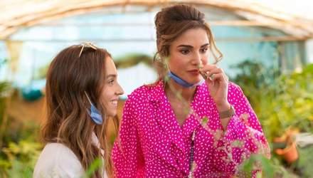 В блузке цвета фуксии: королева Рания посетила туристический центр