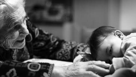 Бабусі вперше побачили своїх онуків: чарівна реакція у фото
