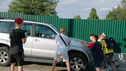 На них едут авто и бросаются с дубинками: как подростки Киева ловят водителей-нарушителей
