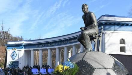 Лучше ему это не видеть: ультрас завязали памятнику Лобановского глаза – фото