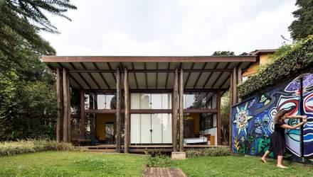 Жовта кухня  та стильний гараж: фото дерев'яного будинку з Бразилії