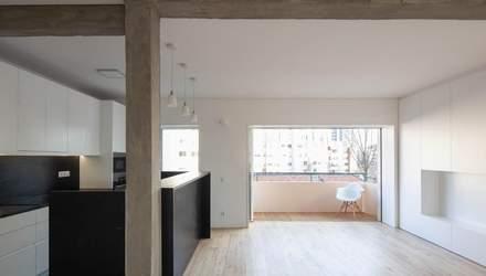 Черная кухня и белые стены: стильный интерьер большой квартиры в Португалии – фото