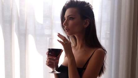 Зваблива Емілі Ратажковскі засвітила пишний бюст: гарячі фото з кав'ярні