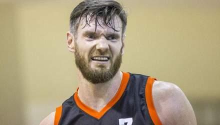 Баскетболист отправил в нокаут соперника ударом локтя в голову: видео