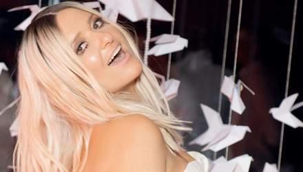 В белом костюме с декольте: Наталья Могилевская покорила безупречным образом – видео