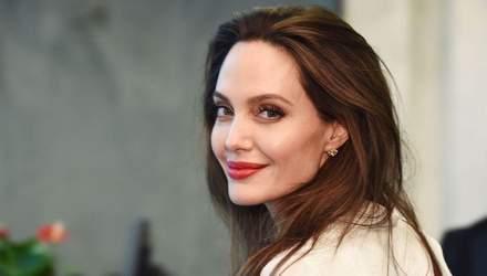 У чорному сарафані та масці за 100 доларів: Анджеліна Джолі на шопінгу у Лос-Анджелесі – фото