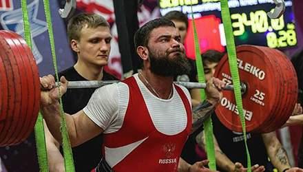 Російський спортсмен отримав жахливі травми, присідаючи з 400-кілограмою штангою: відео