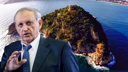 Сын екс регионала купил остров в Италии, пока его работники жили в потрепанном общежитии