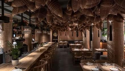 Відкрита кухня та в'єтнамський інтер'єр: фото затишного ресторану в Києві