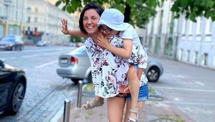 В обольстительном купальнике: Оля Цибульская отправилась в Одессу с сыном – милое фото