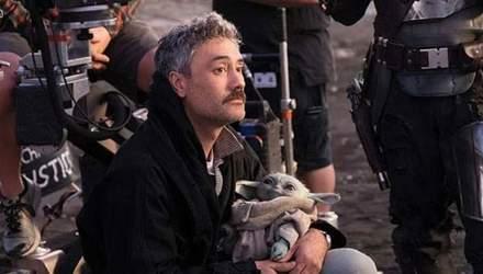 """Режисер Тайка Вайтіті з доньками прилетів на зйомки фільму """"Тор 4"""": кумедне фото"""