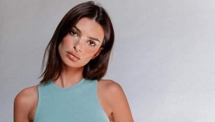 У коричневому топі: Емілі Ратажковскі засвітила пишні груди у відвертому вбранні – фото