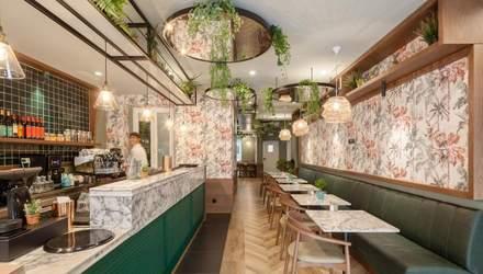 Квітковий інтер'єр: в Португалії відкрили бар з стильними шпалерами – фото