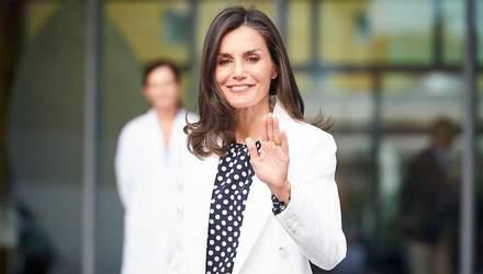 У білій блузці та захисній масці: королева Летиція відвезла доньок до школи – фото