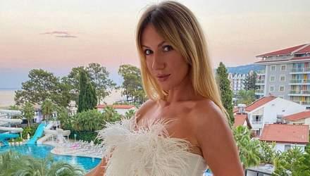 У топі з пір'ям та джинсових шортах: Леся Нікітюк похизувалася бездоганним образом в Туреччині